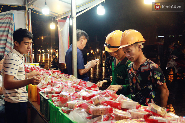 Một tuần sau Rằm tháng 8, người Hà Nội vẫn đội mưa mua bánh trung thu đại hạ giá - Ảnh 6.