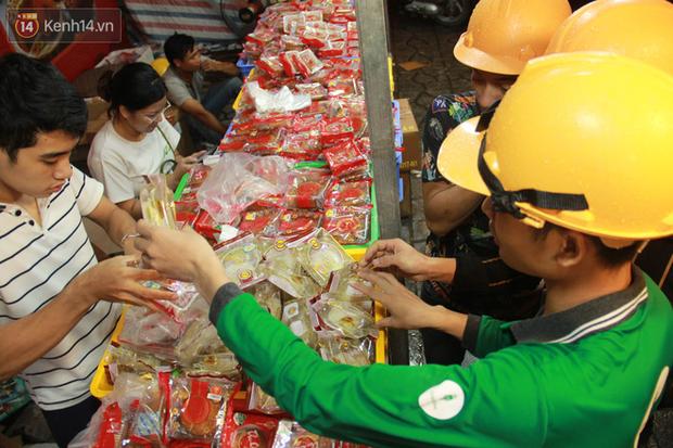 Một tuần sau Rằm tháng 8, người Hà Nội vẫn đội mưa mua bánh trung thu đại hạ giá - Ảnh 5.