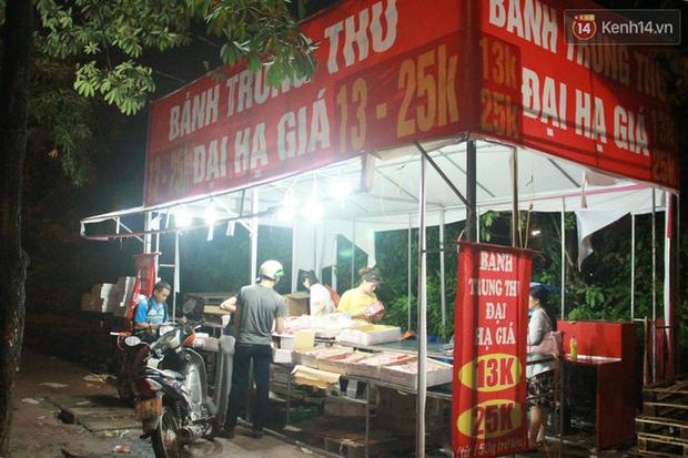 Một tuần sau Rằm tháng 8, người Hà Nội vẫn đội mưa mua bánh trung thu đại hạ giá - Ảnh 9.