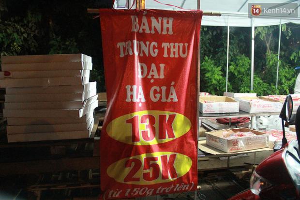 Một tuần sau Rằm tháng 8, người Hà Nội vẫn đội mưa mua bánh trung thu đại hạ giá - Ảnh 10.
