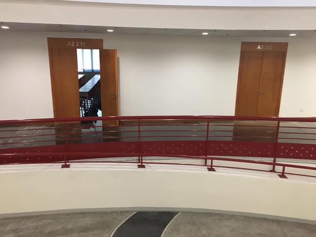 Sơ ý mở vòi nước cứu hỏa, sinh viên vô tình làm nước lênh láng hết hành lang Tòa nhà Thế kỷ ở Đại học Kinh tế Quốc Dân - Ảnh 2.