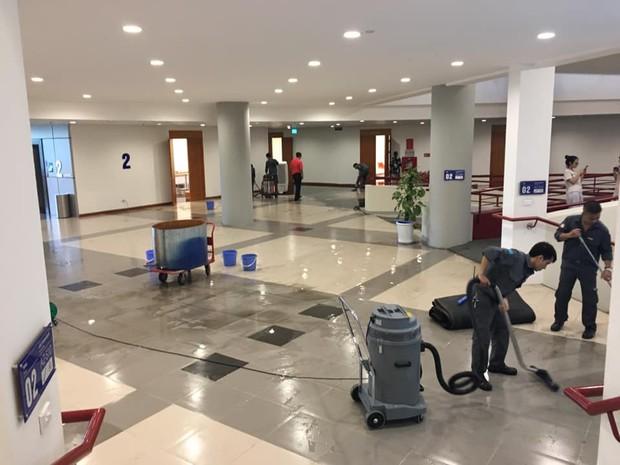 Sơ ý mở vòi nước cứu hỏa, sinh viên vô tình làm nước lênh láng hết hành lang Tòa nhà Thế kỷ ở Đại học Kinh tế Quốc Dân - Ảnh 3.