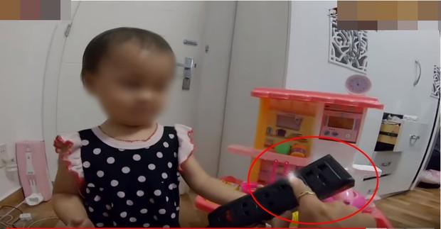 Dân mạng đồng loạt ném đá Kênh Youtube có video cho trẻ em 1 tuổi troll người lớn bằng cách sờ tay vào ổ điện - Ảnh 3.