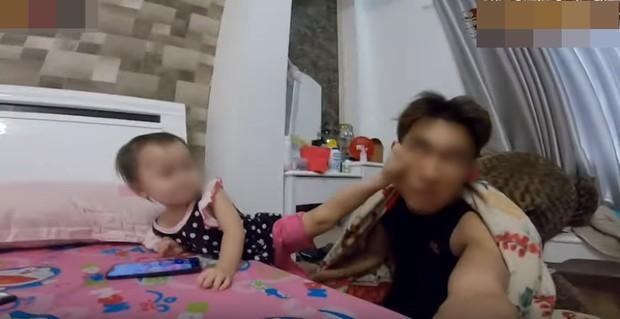 Dân mạng đồng loạt ném đá Kênh Youtube có video cho trẻ em 1 tuổi troll người lớn bằng cách sờ tay vào ổ điện - Ảnh 2.