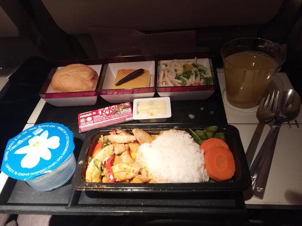 So sánh các suất ăn trên những chuyến bay quốc tế: Hãng hàng không quốc gia Việt Nam vẫn xuất sắc nhất còn lại thì... thà ăn mì gói còn hơn! - Ảnh 1.
