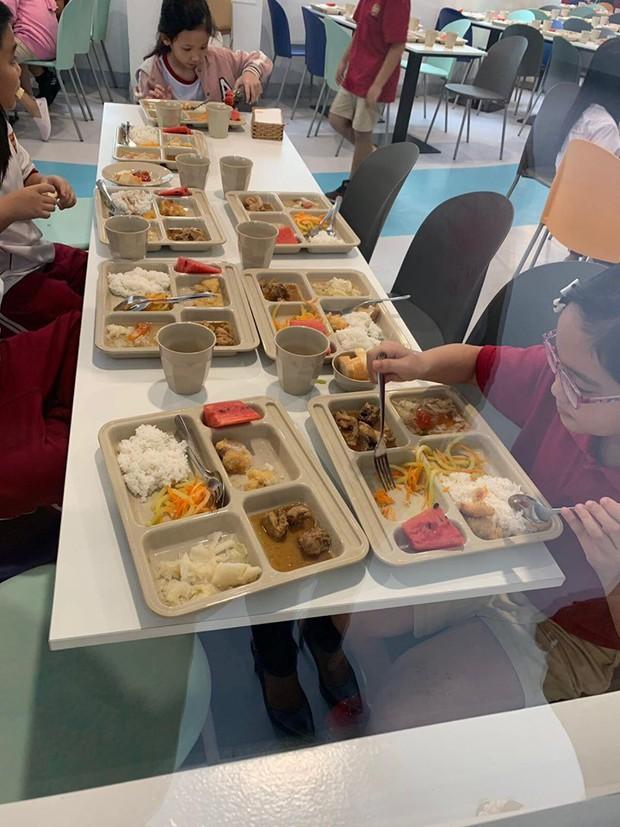 Phụ huynh tố trường Dân lập Quốc tế Việt Úc bớt khẩu phần ăn: Sở GD-ĐT TP.HCM nói gì? - Ảnh 1.