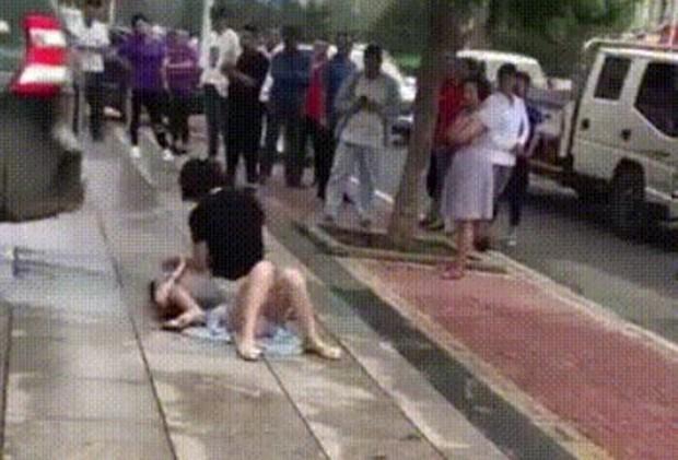 Bất ngờ gặp tiểu tam đi trên đường, vợ lao vào đánh ghen khiến dân mạng khiếp sợ - Ảnh 2.