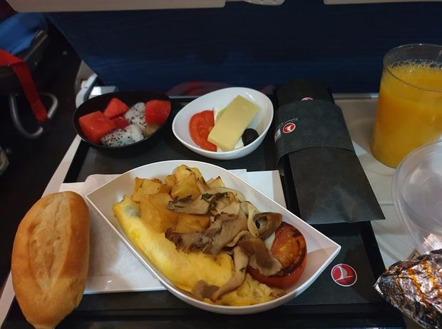 So sánh các suất ăn trên những chuyến bay quốc tế: Hãng hàng không quốc gia Việt Nam vẫn xuất sắc nhất còn lại thì... thà ăn mì gói còn hơn! - Ảnh 8.