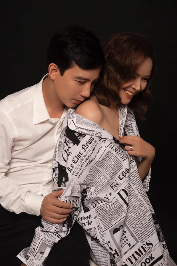 Hồng Quang Hoa hồng trên ngực trái đầy âu yếm, bà xã Diễm Hương khoe vai trần sexy trong bộ ảnh kỷ niệm 5 năm cưới - Ảnh 2.