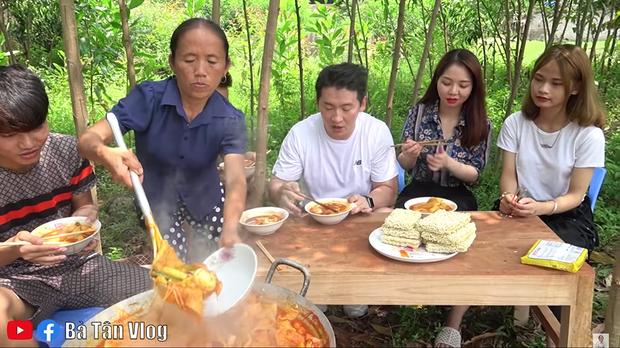 Bà Tân Vlog làm món lẩu tô-bô-xi nghe tên lạ hoắc, ngồi vừa nấu vừa ăn luôn bằng bếp đất và chảo gang giữa khu vườn đầy cây - Ảnh 9.