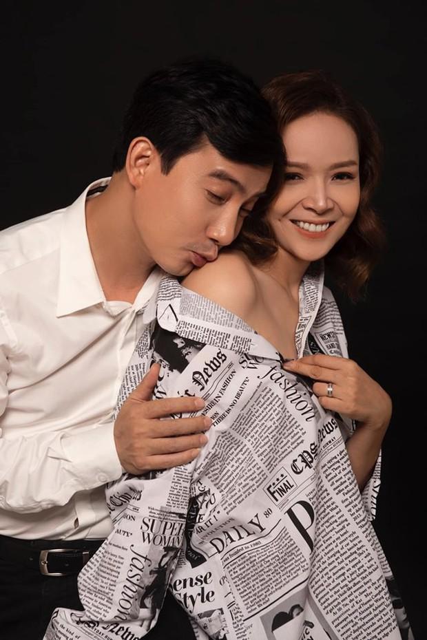 Hồng Quang Hoa hồng trên ngực trái đầy âu yếm, bà xã Diễm Hương khoe vai trần sexy trong bộ ảnh kỷ niệm 5 năm cưới - Ảnh 1.