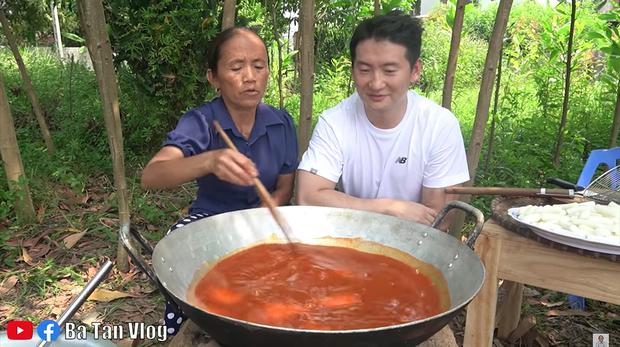 Bà Tân Vlog làm món lẩu tô-bô-xi nghe tên lạ hoắc, ngồi vừa nấu vừa ăn luôn bằng bếp đất và chảo gang giữa khu vườn đầy cây - Ảnh 4.
