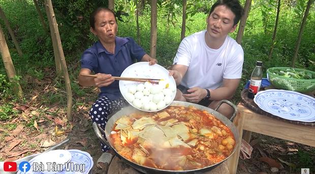 Bà Tân Vlog làm món lẩu tô-bô-xi nghe tên lạ hoắc, ngồi vừa nấu vừa ăn luôn bằng bếp đất và chảo gang giữa khu vườn đầy cây - Ảnh 6.