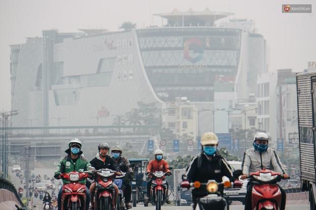 Ảnh: Sài Gòn bị bao phủ một màu trắng đục từ sáng đến trưa, người dân cay mắt khi đi ngoài trời - Ảnh 7.