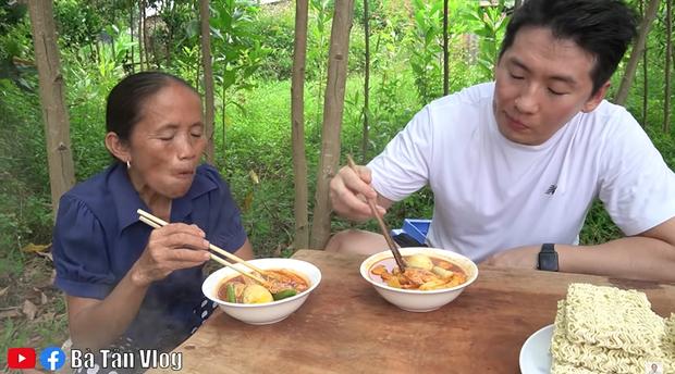 Bà Tân Vlog làm món lẩu tô-bô-xi nghe tên lạ hoắc, ngồi vừa nấu vừa ăn luôn bằng bếp đất và chảo gang giữa khu vườn đầy cây - Ảnh 8.