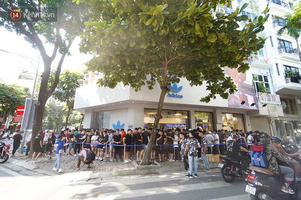 HOT: Yeezy Mây Trắng chính thức mở bán tại Hà Nội, các bạn trẻ rần rần xếp hàng từ sớm chờ đón hot girl - Ảnh 4.