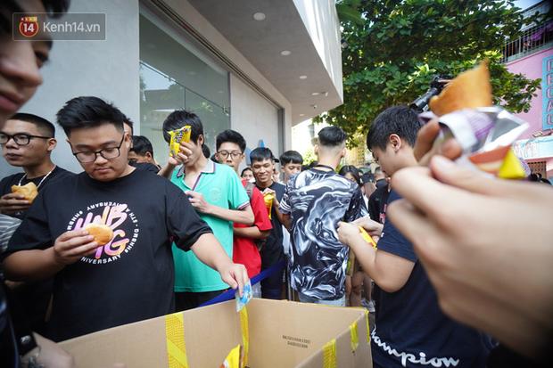 HOT: Yeezy Mây Trắng chính thức mở bán tại Hà Nội, các tín đồ sneaker Việt rần rần xếp hàng từ sớm chờ đón hot girl - Ảnh 9.