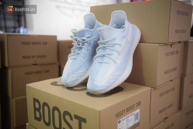 HOT: Yeezy Mây Trắng chính thức mở bán tại Hà Nội, các tín đồ sneaker Việt rần rần xếp hàng từ sớm chờ đón hot girl - Ảnh 1.