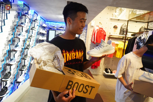 HOT: Yeezy Mây Trắng chính thức mở bán tại Hà Nội, các tín đồ sneaker Việt rần rần xếp hàng từ sớm chờ đón hot girl - Ảnh 13.