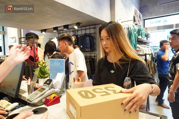 HOT: Yeezy Mây Trắng chính thức mở bán tại Hà Nội, các tín đồ sneaker Việt rần rần xếp hàng từ sớm chờ đón hot girl - Ảnh 19.