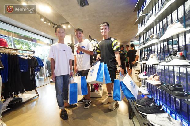 HOT: Yeezy Mây Trắng chính thức mở bán tại Hà Nội, các tín đồ sneaker Việt rần rần xếp hàng từ sớm chờ đón hot girl - Ảnh 18.