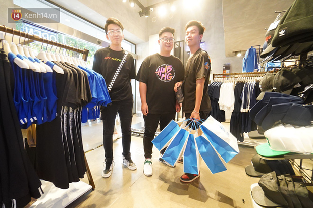 HOT: Yeezy Mây Trắng chính thức mở bán tại Hà Nội, các tín đồ sneaker Việt rần rần xếp hàng từ sớm chờ đón hot girl - Ảnh 17.