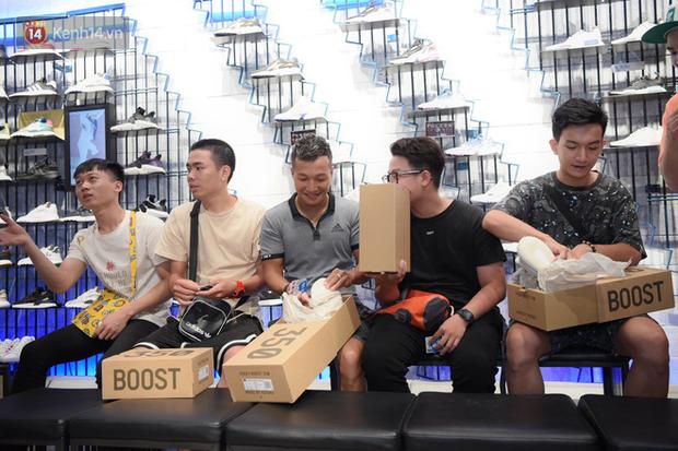 HOT: Yeezy Mây Trắng chính thức mở bán tại Hà Nội, các tín đồ sneaker Việt rần rần xếp hàng từ sớm chờ đón hot girl - Ảnh 16.