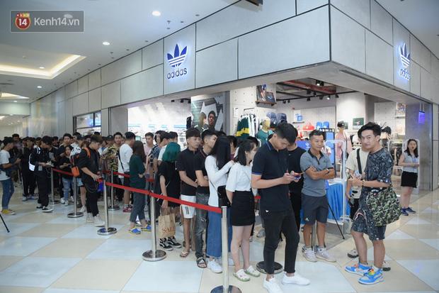 HOT: Yeezy Mây Trắng chính thức mở bán tại Hà Nội, các tín đồ sneaker Việt rần rần xếp hàng từ sớm chờ đón hot girl - Ảnh 11.