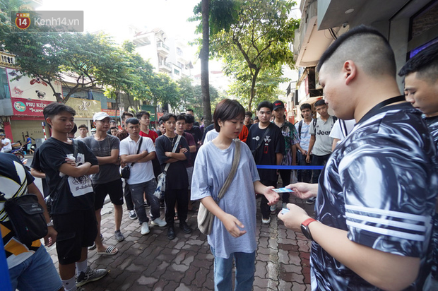 HOT: Yeezy Mây Trắng chính thức mở bán tại Hà Nội, các bạn trẻ rần rần xếp hàng từ sớm chờ đón hot girl - Ảnh 7.