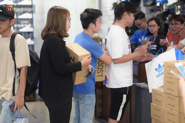 HOT: Yeezy Mây Trắng chính thức mở bán tại Hà Nội, các tín đồ sneaker Việt rần rần xếp hàng từ sớm chờ đón hot girl - Ảnh 20.