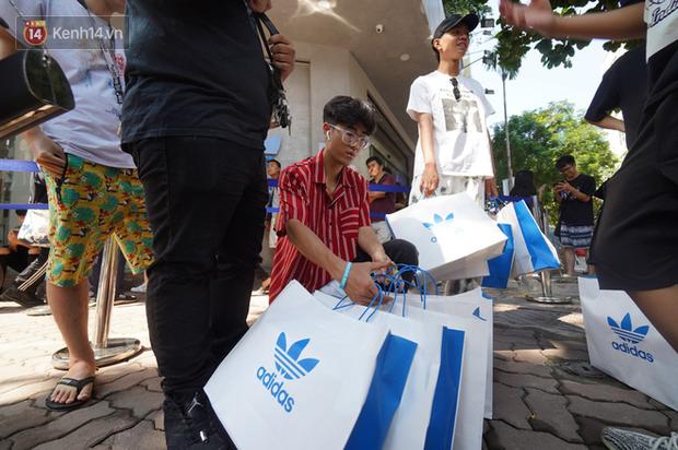 HOT: Yeezy Mây Trắng chính thức mở bán tại Hà Nội, các tín đồ sneaker Việt rần rần xếp hàng từ sớm chờ đón hot girl - Ảnh 22.