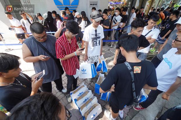 HOT: Yeezy Mây Trắng chính thức mở bán tại Hà Nội, các tín đồ sneaker Việt rần rần xếp hàng từ sớm chờ đón hot girl - Ảnh 21.