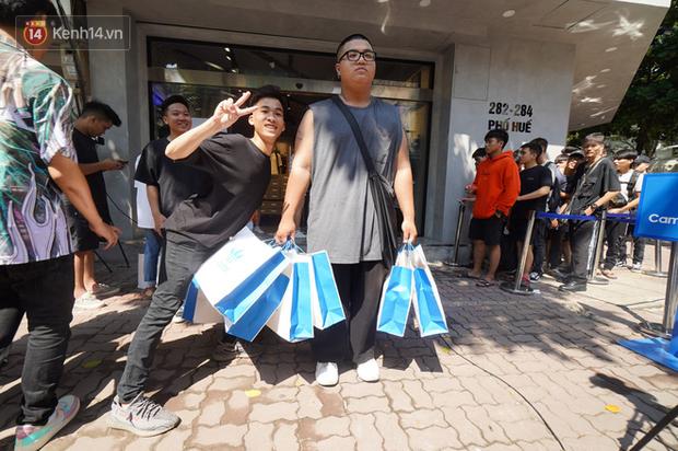 HOT: Yeezy Mây Trắng chính thức mở bán tại Hà Nội, các tín đồ sneaker Việt rần rần xếp hàng từ sớm chờ đón hot girl - Ảnh 26.