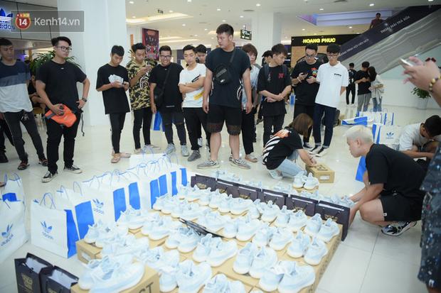 HOT: Yeezy Mây Trắng chính thức mở bán tại Hà Nội, các tín đồ sneaker Việt rần rần xếp hàng từ sớm chờ đón hot girl - Ảnh 23.
