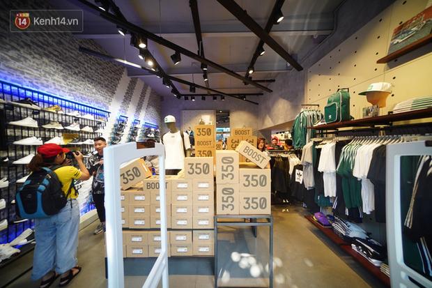 HOT: Yeezy Mây Trắng chính thức mở bán tại Hà Nội, các bạn trẻ rần rần xếp hàng từ sớm chờ đón hot girl - Ảnh 2.