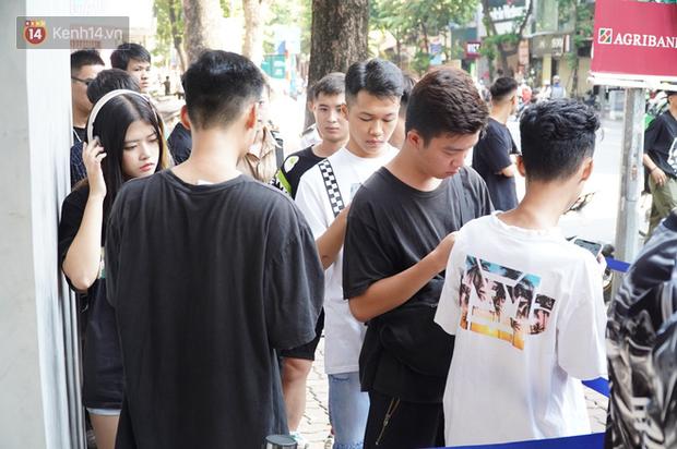 HOT: Yeezy Mây Trắng chính thức mở bán tại Hà Nội, các tín đồ sneaker Việt rần rần xếp hàng từ sớm chờ đón hot girl - Ảnh 8.