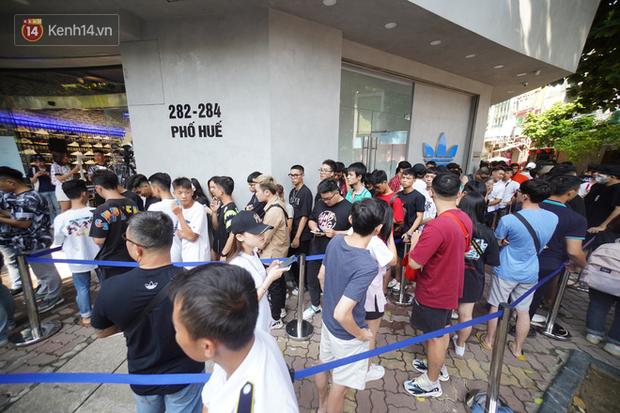 HOT: Yeezy Mây Trắng chính thức mở bán tại Hà Nội, các tín đồ sneaker Việt rần rần xếp hàng từ sớm chờ đón hot girl - Ảnh 7.