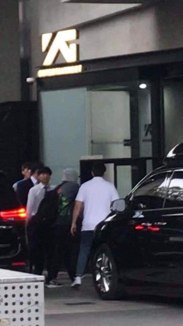 """Dân tình náo loạn khi BLACKPINK, iKON và loạt nghệ sĩ bất ngờ tập trung gấp tại trụ sở YG Entertainment: Sắp có """"biến"""" lớn? - Ảnh 2."""