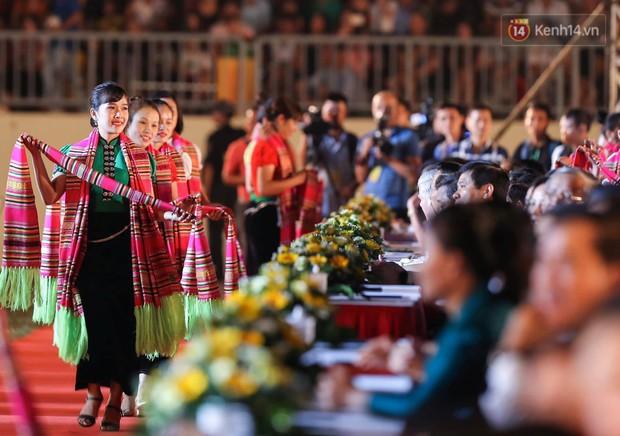 Ảnh: 5.000 người tham gia màn biểu diễn nghệ thuật Xòe Thái tại lễ hội du lịch, văn hóa Mường Lò - Ảnh 5.