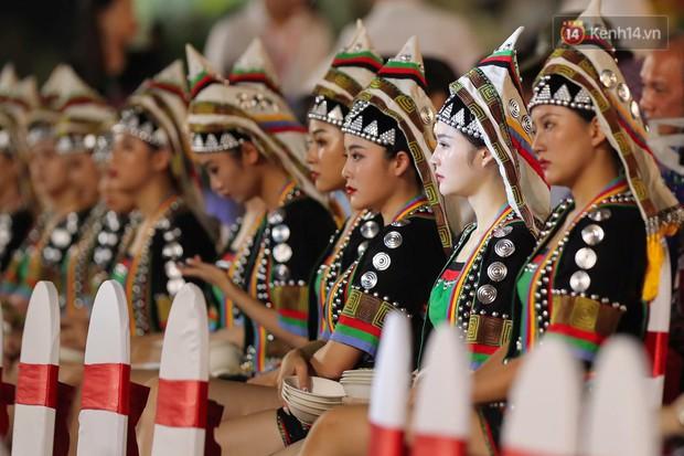 Ảnh: 5.000 người tham gia màn biểu diễn nghệ thuật Xòe Thái tại lễ hội du lịch, văn hóa Mường Lò - Ảnh 2.