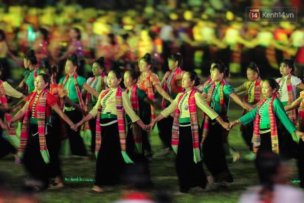 Ảnh: 5.000 người tham gia màn biểu diễn nghệ thuật Xòe Thái tại lễ hội du lịch, văn hóa Mường Lò - Ảnh 7.