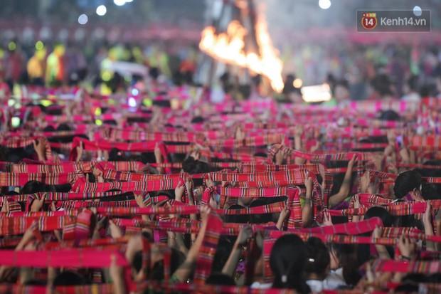 Ảnh: 5.000 người tham gia màn biểu diễn nghệ thuật Xòe Thái tại lễ hội du lịch, văn hóa Mường Lò - Ảnh 8.
