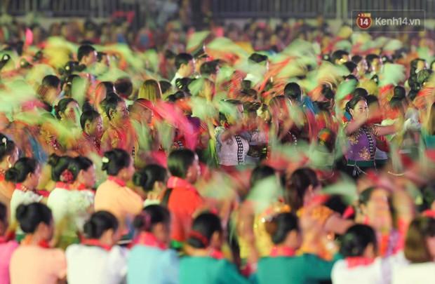 Ảnh: 5.000 người tham gia màn biểu diễn nghệ thuật Xòe Thái tại lễ hội du lịch, văn hóa Mường Lò - Ảnh 9.