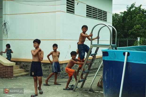 Bà Sáu Thia, người 17 năm dạy bơi miễn phí cho hàng ngàn trẻ em vùng sông nước - Ảnh 9.