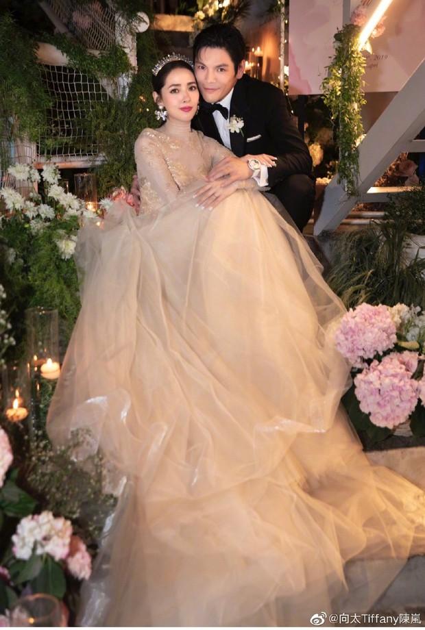 Bóc giá váy cưới cô dâu mới nhà trùm showbiz Hong Kong: Rẻ tiền nhất Cbiz, kém xa Song Hye Kyo, bị Angela Baby đè bẹp - Ảnh 2.