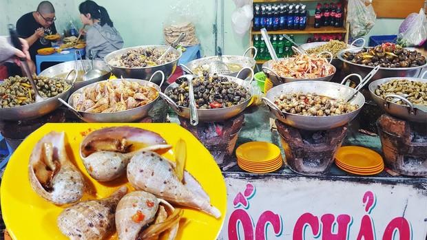 """Phá đảo con phố ốc chảo hot """"rần rần"""" ở kinh đô ẩm thực Sài Gòn, bạn đã đến thử chưa? - Ảnh 1."""