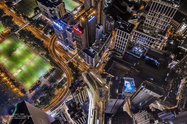 Leo lên loạt tòa nhà cao nhất Hong Kong để chụp hình sống ảo, chàng trai bị dân mạng chỉ trích: Chán sống rồi hả? - Ảnh 5.