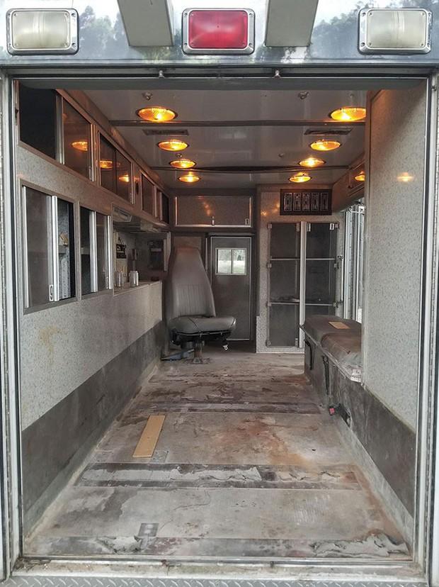 Nhìn căn nhà ấm cúng này ai mà dám tin rằng trước đây nó từng là chiếc xe cứu thương đầy vết máu - Ảnh 1.