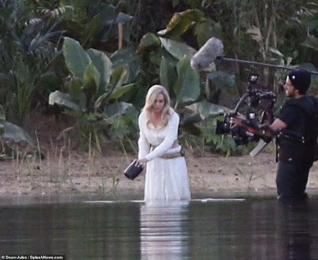 Hậu trường bom tấn Marvel - Eternals: Angelina Jolie nhuộm tóc bạch kim, cưa sừng làm em gái múc nước miền Tây? - Ảnh 1.