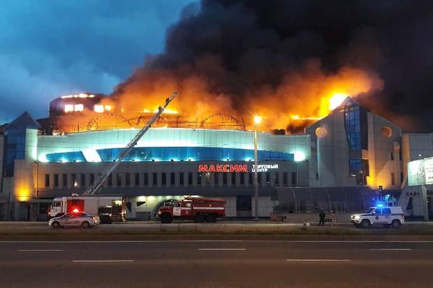 Cháy lớn thiêu rụi hơn 1000 mét vuông trung tâm thương mại ở Nga - Ảnh 1.